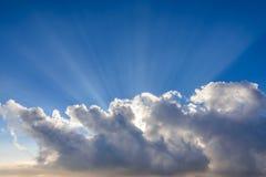 Sunbeam przez chmury z niebieskim niebem Zdjęcia Royalty Free