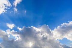 Sunbeam przez chmury z niebieskim niebem Obrazy Royalty Free