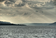 Sunbeams über See Stockfotos