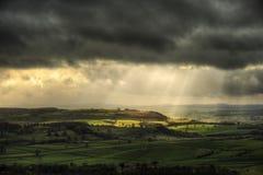 Sunbeams над большим причаливают в пиковом заречье стоковое фото rf