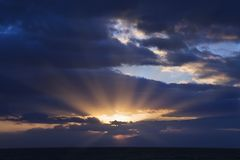 Sunbeams através das nuvens Fotografia de Stock Royalty Free
