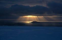 Sunbeams auf Seeeis Stockfoto