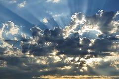 Sunbeams durch die Wolken Stockbilder