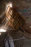 Sunbeams durch Fenster des verlassenen Gebäudes Lizenzfreies Stockfoto