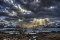 Sunbeams durch Wolken Stockbilder
