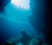 Sunbeams in einer Höhle Lizenzfreie Stockfotos
