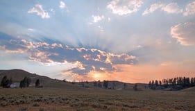 Sunbeams i sunrays przez zmierzchu chmurnieją w Hayden dolinie w Yellowstone parku narodowym w Wyoming Fotografia Stock
