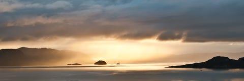 Sunbeams på norska fjords Arkivfoto