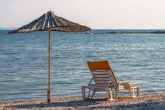 Sunbed和遮阳伞由竹子制成 库存照片