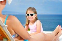 sunbed的可爱的女孩 免版税图库摄影