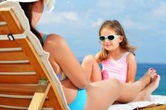 sunbed的小孩女孩 免版税库存照片