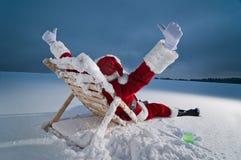 sunbed的放松的圣诞老人 库存图片