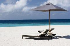 sunbed的海滩含沙 免版税库存图片