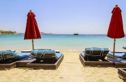 sunbed的海滩,米科诺斯岛,希腊 免版税图库摄影