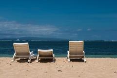 Sunbed временя на пляже и Sunbeds на пустом пляже в Бали Стоковая Фотография