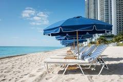 Sunbed и зонтик на пляже Стоковые Изображения