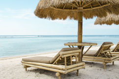 Sunbed и зонтик на тропическом пляже Стоковое Фото