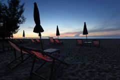 Sunbed и зонтик пляжа на пляже Стоковые Изображения