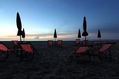 Sunbed и зонтик пляжа на пляже Стоковое Изображение RF