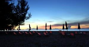 Sunbed и зонтик пляжа на пляже Стоковая Фотография