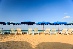 Sunbed и стойка зонтика пляжа на пляже Стоковая Фотография RF