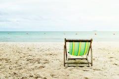 Sunbed на пляже на заходе солнца Стоковые Изображения
