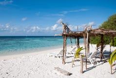 Sunbed на тропическом пляже, Мальдивах Стоковое Изображение RF