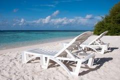 Sunbed на тропическом пляже, Мальдивах Стоковые Изображения