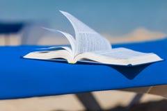 Sunbed с кроватью на пляже Стоковое Фото