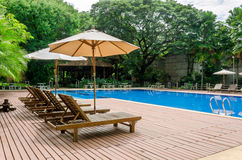 Sunbed al lado de una piscina Foto de archivo libre de regalías