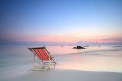 Sunbed auf Sonnenaufgang des Ozeans Stockfotografie