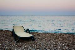 Sunbed auf Strand des Meeres Lizenzfreie Stockfotos