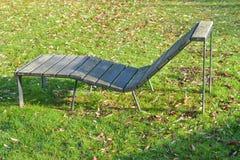 sunbed, chaise-longue in het park Stock Afbeeldingen