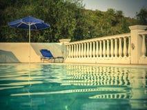 Sunbed door pool Stock Afbeeldingen