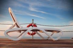 Sunbed en un embarcadero abandonado en el mar Fotografía de archivo