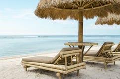 Sunbed i parasol na tropikalnej plaży Zdjęcie Stock