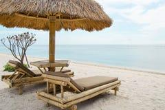 Sunbed i parasol na tropikalnej plaży obraz stock