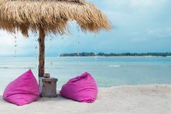 Sunbed i parasol na tropikalnej plaży - Akcyjny wizerunek obrazy stock