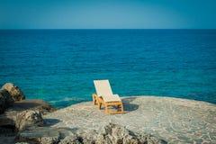 Sunbed na skałach obok turkusowego morza Fotografia Stock