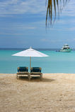 Sunbed nella spiaggia Immagini Stock