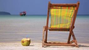 Sunbed och kokosnöt som är klara för ferie arkivfilmer