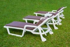 Sunbed op het groene gras Royalty-vrije Stock Afbeelding