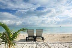 Sunbed op het strand stock fotografie