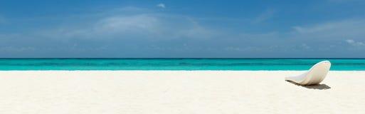 Sunbed på en härlig tropisk strand royaltyfria bilder