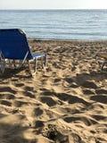 Sunbed på en strand i Cypern arkivfoto