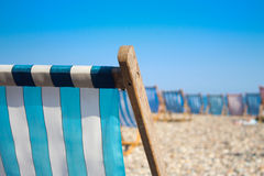 Sunbed på stranden royaltyfri bild