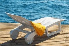 Sunbed près de la mer Images stock