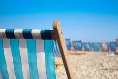 Sunbed sulla spiaggia immagine stock libera da diritti