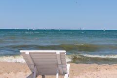 Sunbed sulla spiaggia Immagini Stock