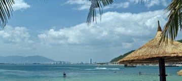 Sunbeds和伞在南池氏芽庄市海湾海滩  库存照片